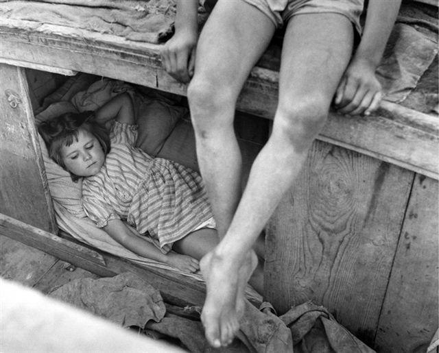 Sponde del fiume Brenta, Veneto, 1956. Vita sui barconi. Bambini