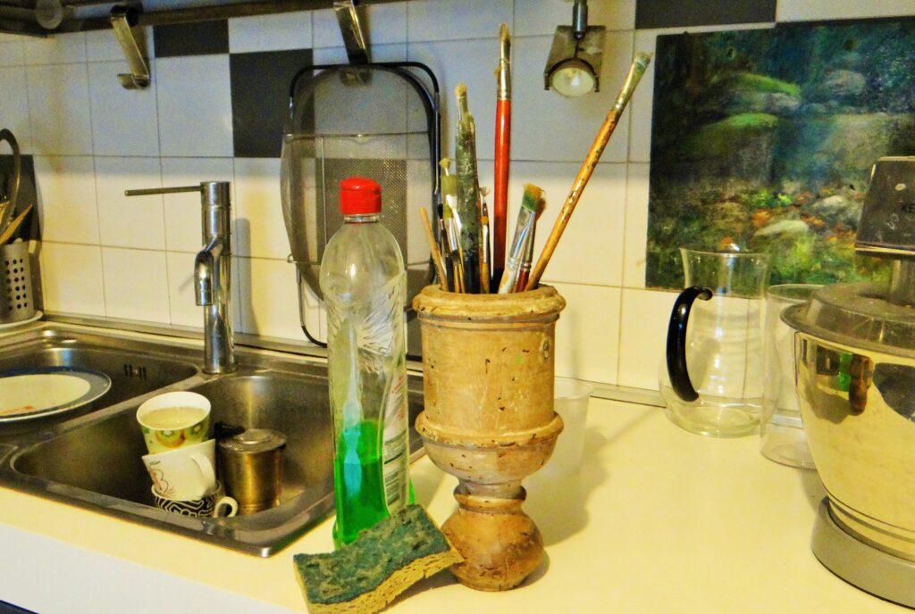 Come pulire i pennelli dall'olio o dalla tempera. Pennelli, un detersivo per i piatti e una spugnetta, da una parte ruvida e, dall'altra liscia.Poi acqua calda