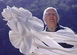 Lo scultore Guadagnucci con una realizzazione floreale di marmo