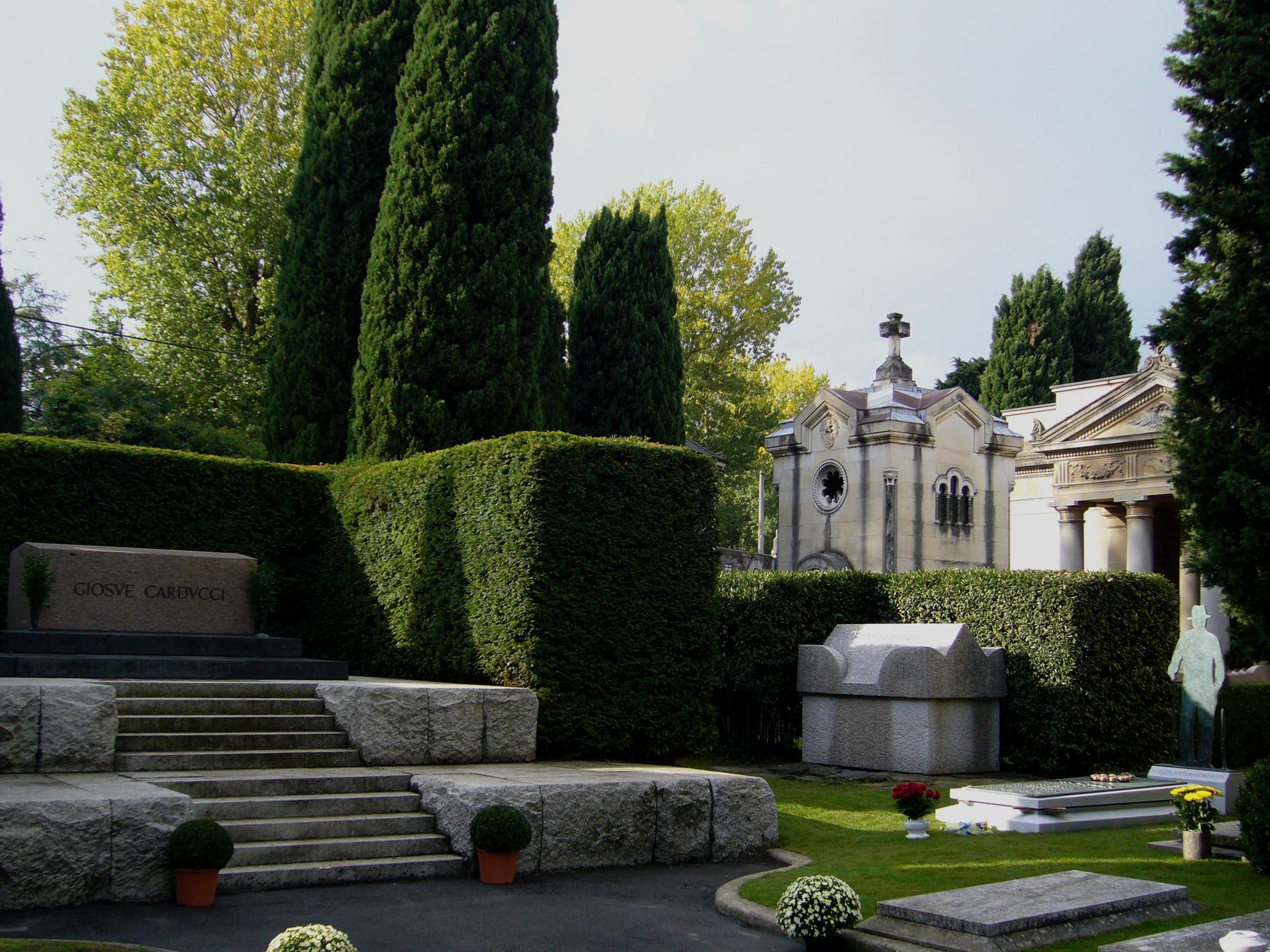 Dalla nostra sinistra: la tomba di Carducci. il sarcofago di Ottorino Respighi e il monumento funebre di Lucio Dalla