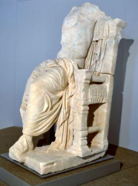 La statua di Caligola in trono