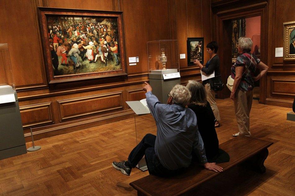 Spettatori nella sala del museo di Detroit che espone il quadro di Brueghel il Vecchio
