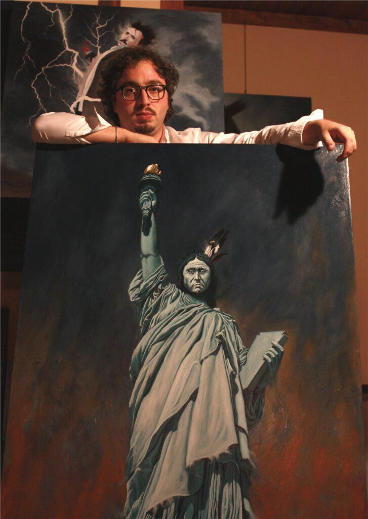 Alessandro Bulgarini posa con una sua opera, American Liberty (Born in the USA) – olio su tela preparata – cm 90 x 110 - 2012