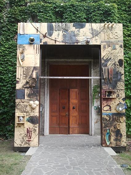 Il portale realizzato da Mimmo Paladino
