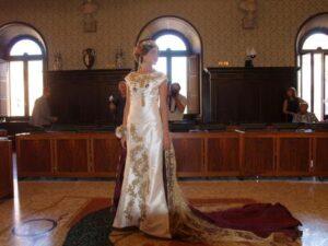 L'abito di Cristina Rocca ispirato a Teodora, simbolo della vocazione matrimoniale di Ravenna