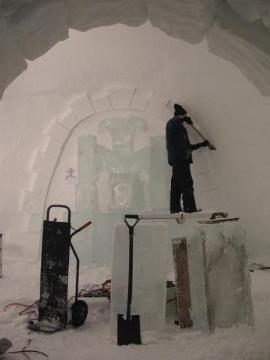 Lo scavo di un igloo, compiuto dal gruppo tedesco