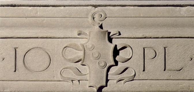 Sull'architrave di una porta del monastero di San Paolo compare lo stemma della badessa tra le lettere IO e PL. Secondo una formula contratta in acronimo, la scritta coniuga il verso IO [vis omnia] PL [ena], dalla III Egloga di Virgilio, con il nome della religiosa, IO [anna] PL [akentia]