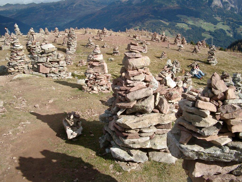 """Gli """"omini di pietra"""" della Val Sarentino, rinnovati e restaurati dai passanti, secondo consuetudini millenarie"""