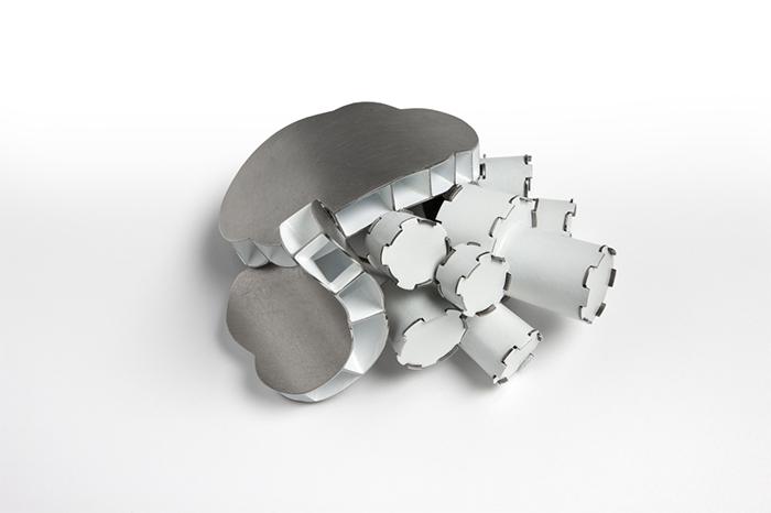 Blobs e tubi bianchi, spilla, lega monel, rivestimento di polvere, pigmenti fosforescenti, acciaio inossidabile, 4 x 7 x 6 cm, 2006, Melbourne (AUS), collezione privata. Foto di Mark Ashkanasy