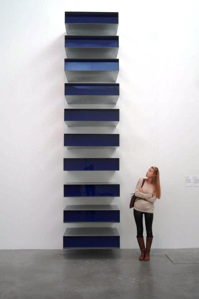 Bianca Martinelli accanto a un'opera di Judd