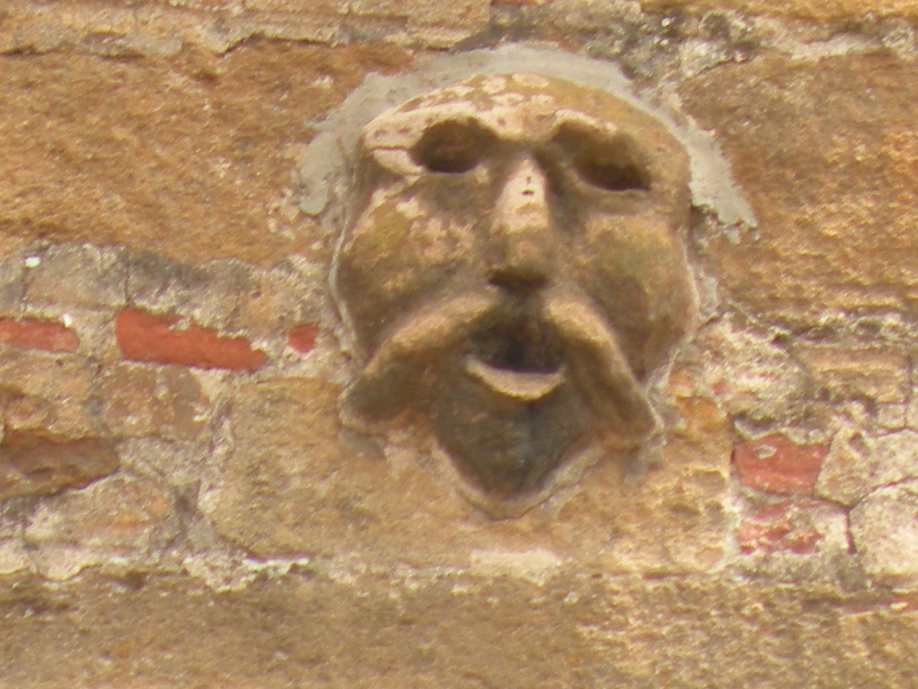 L'immagine di Bagometto all'esterno della chiesa di san Francesco, a Buti, in Toscana