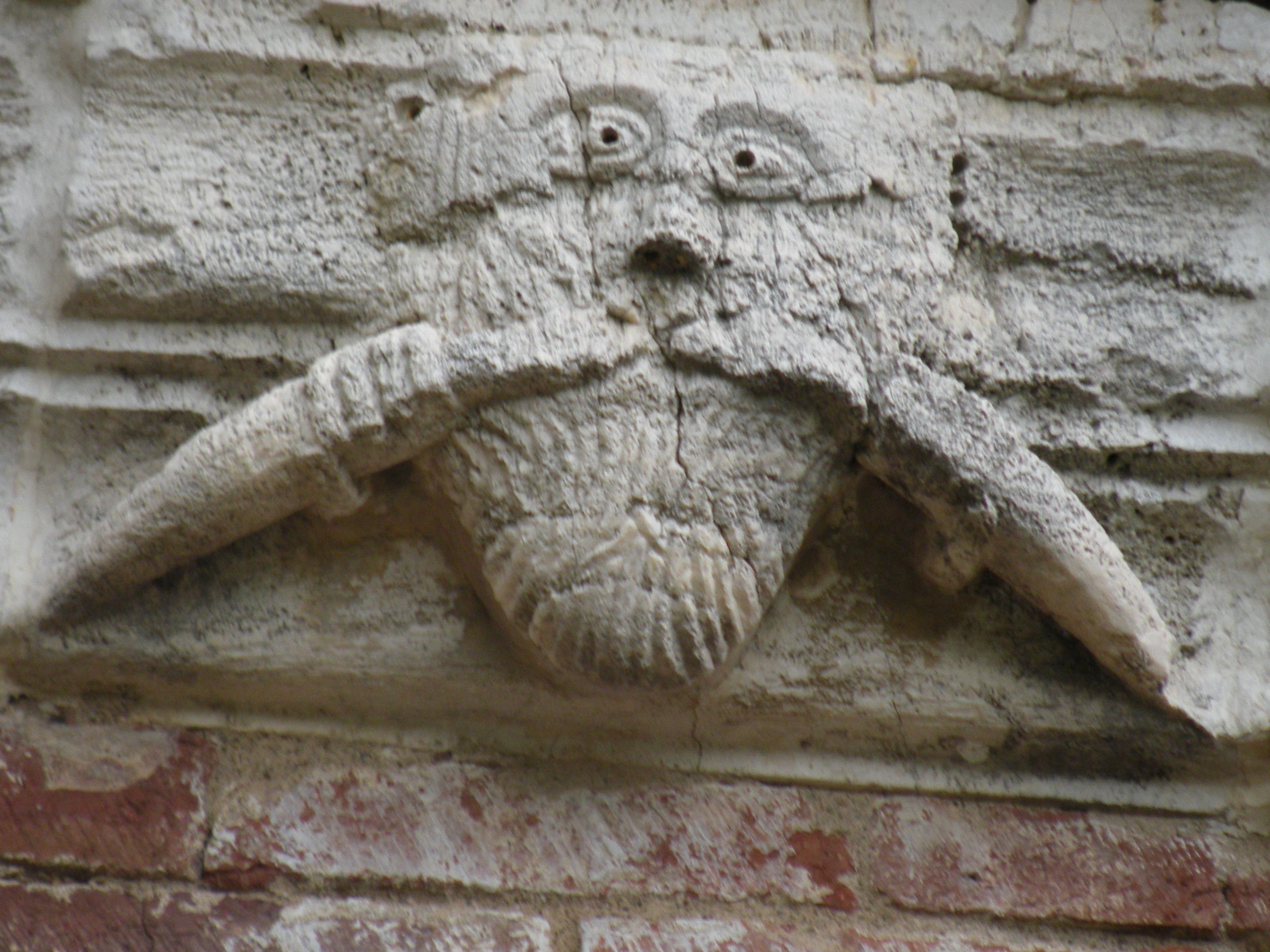 L'immagine di Bafometto all'esterno della chiesa di San Galgano, a Montesiepi, in Toscana