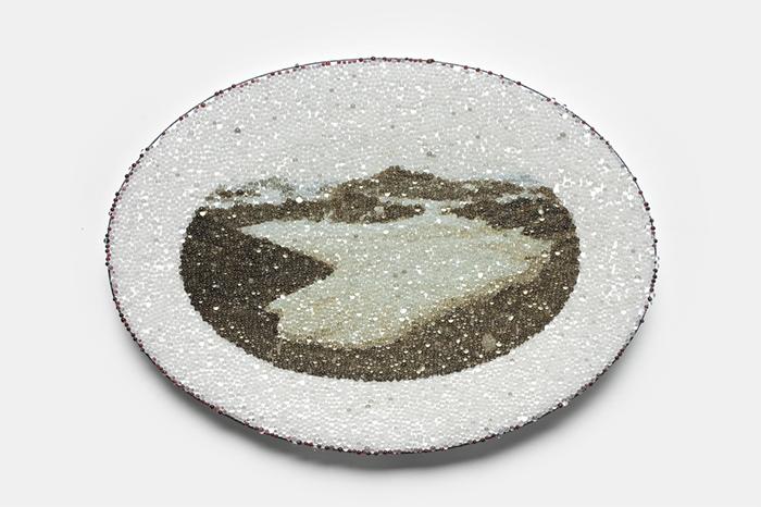 Kirsten Haydon Valli di ghiaccio, spilla, smalto, foto, rame, perline riflettenti, argento, acciaio, 9 x 13 x 1,5 cm, 2009, Melbourne (AUS), proprietà dell'artista. Foto di Jeremy Dillon