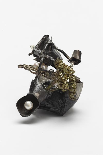 Christopher Earl Milbourne Acquarium Trinity con esposizione esterna, spilla, argento sterling, leghe d'argento, perla, pittura, resina epossidica, 7 x 8 x 6 cm, 2013, Melbourne (AUS), proprietà dell'artista. Foto di Jeremy Dillon