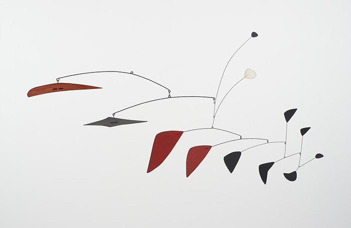Alexander Calder: Mobile, 1947-1952. Lamiera e fili metallici verniciati, 97x180x46.4 cm. Collezione privata