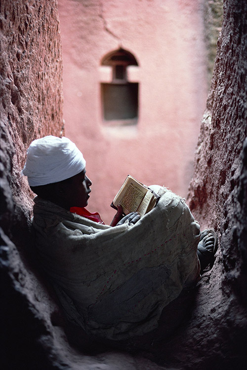 Un giovane diacono legge la Sacra Bibbia Lalibela, Etiopia 1997 © Kazuyoshi Nomachi