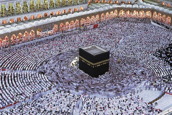 I pellegrini partecipano alla funzione della Notte del Destino (Laylat al-Qadr), il 27° giorno del Ramadàn. La celebrazione commemora la rivelazione del Corano al Profeta La Mecca, Arabia Saudita 1995 © Kazuyoshi Nomachi