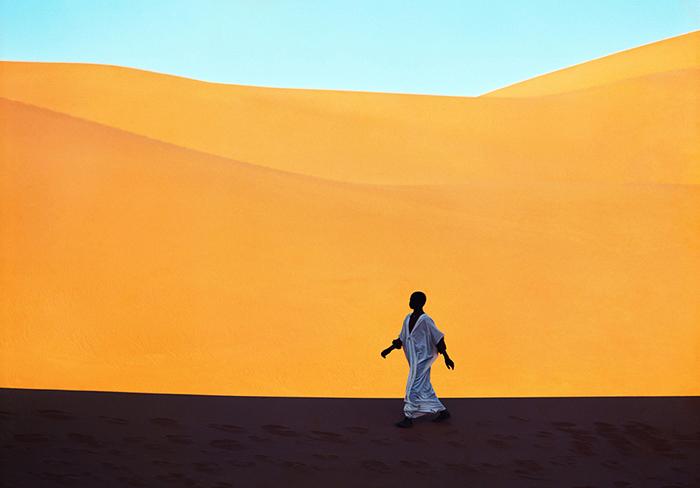 Un ragazzo attraversa una valle di dune Kerzaz, Algeria 1972 © Kazuyoshi Nomachi