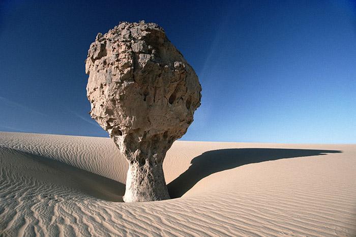 Una roccia a forma di fungo, singolare risultato dell'erosione eolica Tassili Ahaggar, Algeria 1993 © Kazuyoshi Nomachi