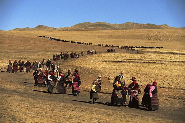 Durante la celebrazione del Lhabab Duchen, i pellegrini camminano intorno a una collina sulla quale si erge uno stupa Tibet, Cina 1991  © Kazuyoshi Nomachi