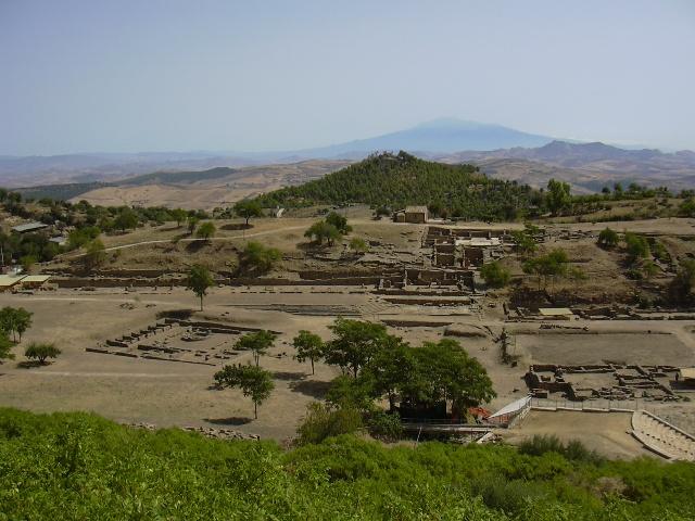 Il sito archeologico di Morgantina, con veduta dell'Etna sullo sfondo