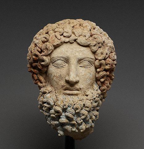 1. (a,b ossia fronte e retro) Hades, anonimo, 400-300 a. C., terracotta dipinta con pigmenti rossi, rosa e blu, Museo archeologico di Aidone, (En), Italia.