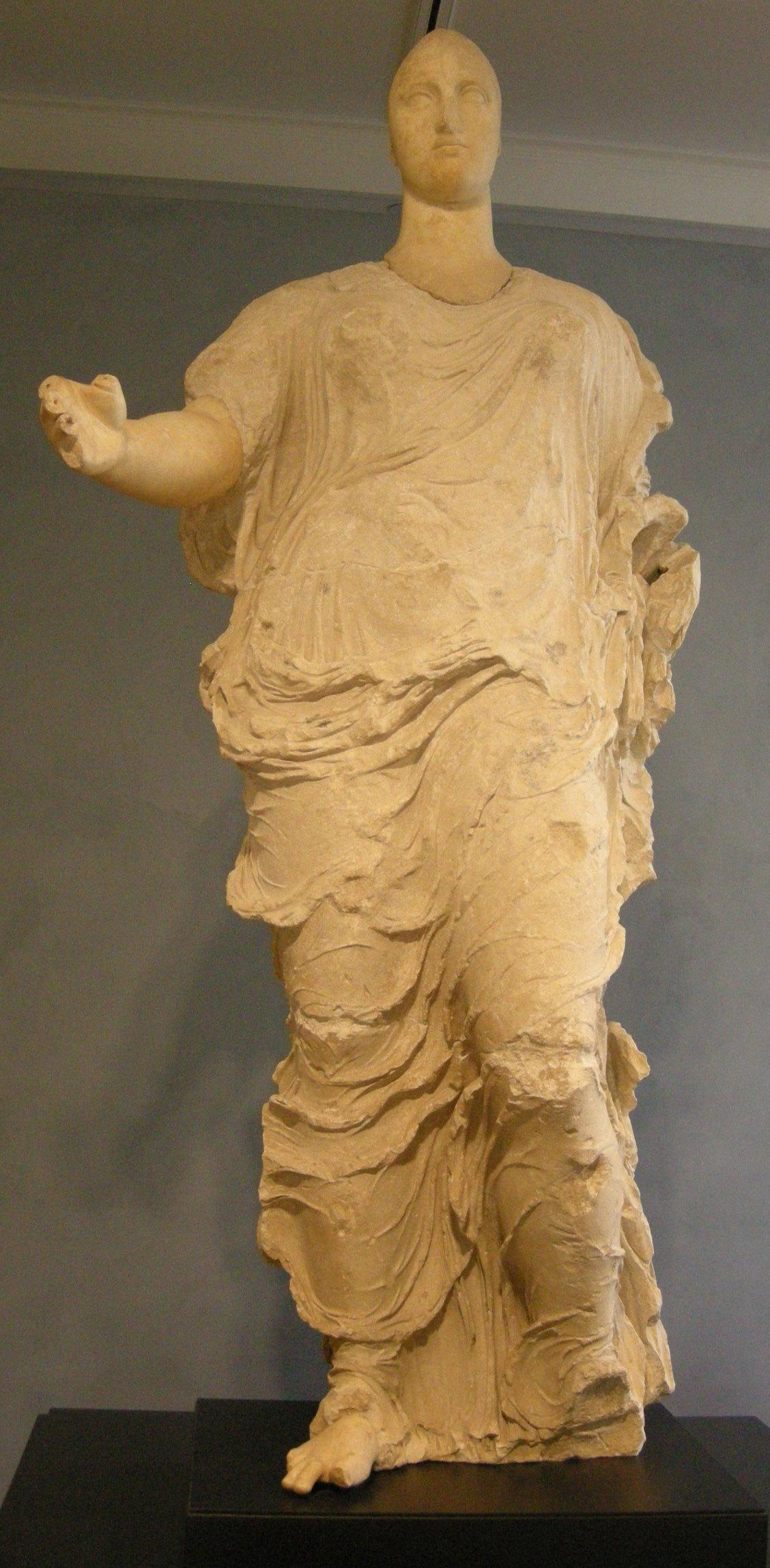 Dea di Morgantina, identificata come Persefone, autore sconosciuto, probabilmente allievo di Fidia, V secolo a.C., marmo e calcare, 224 cm, Museo archeologico di Aidone, (En), Italia.