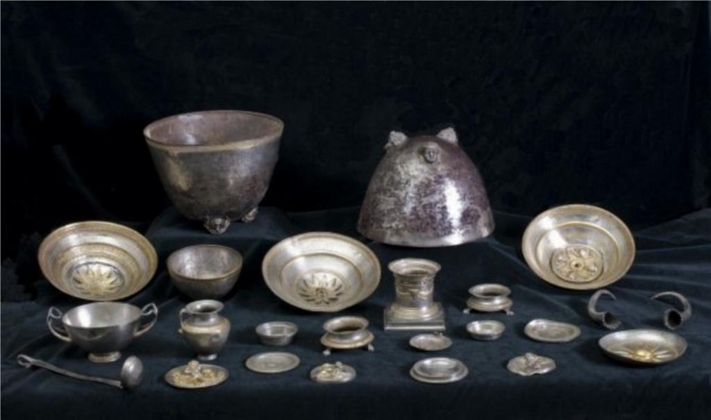 Il tesoro di Morgantina è costituito da 15 pezzi in argento, risalenti al III secolo a.C. e provenienti da Morgantina, scoperti casualmente nel 1998. Nell'immagine: Argenti di Morgantina - Tesoro di Eupòlemos, 240 a.C. circa, Museo archeologico di Aidone, (EN), Italia.