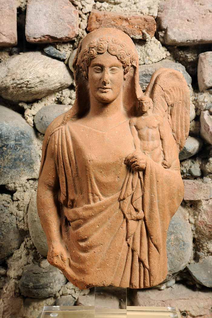 Afrodite con chitone e himation che regge un eros alato, Da Medma terracotta metà del V secolo a.C., Museo Archeologico Nazionale, Reggio Calabria