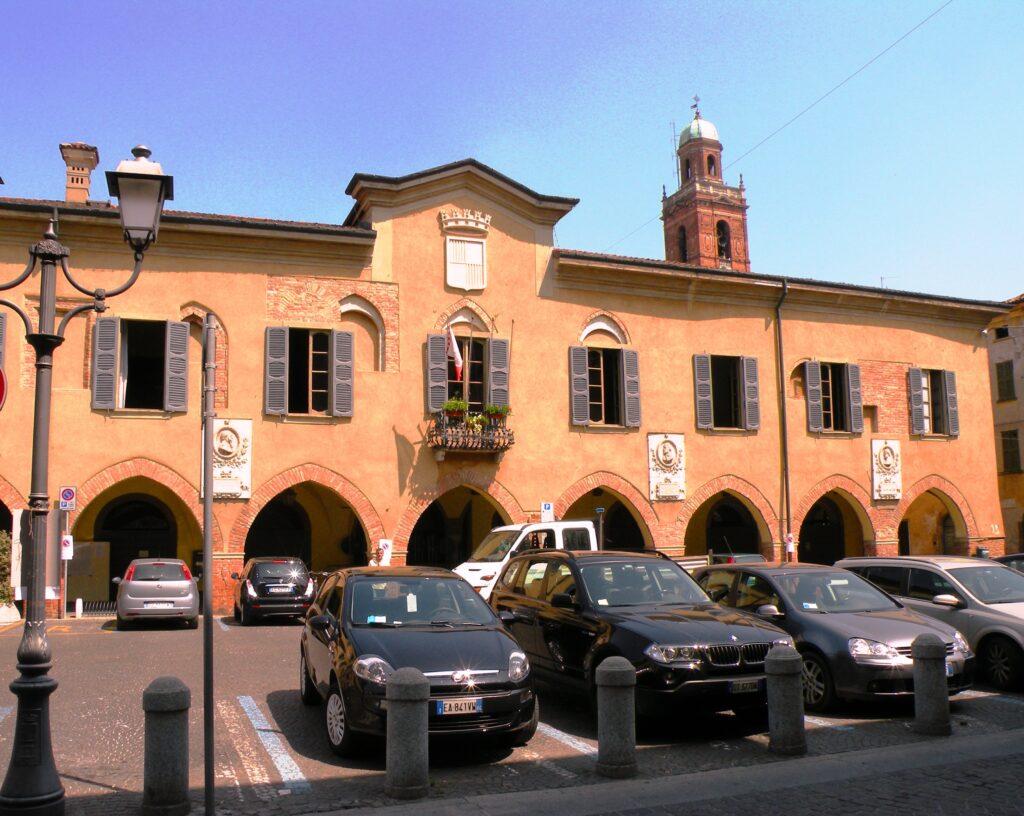 """Palazzo Sforza Colonna a Caravaggio, che nacque dall'unione di due edifici in corrispondenza con la """"torretta"""". alla nostra destra sorgeva il palazzetto degli Aratori, di proprietà del nonno di Caravaggio"""