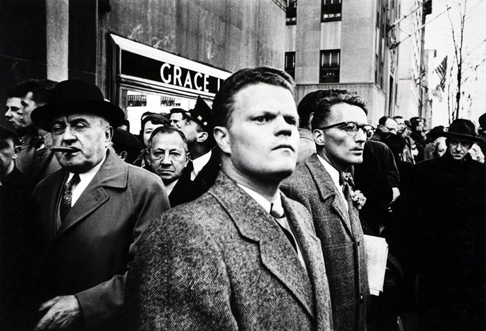 William Klein, Il giorno di San Patrizio, New York, 1954 © William Klein Raccolta della fotografia, Galleria civica di Modena