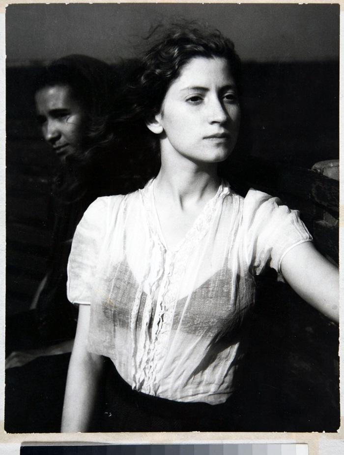 Édouard Boubat, Lella, 1947 © Édouard Boubat Raccolta della fotografia, Galleria civica di Modena