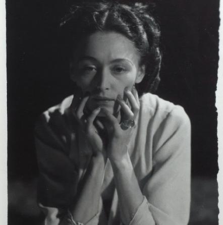 Dora Maar Nusch de face, accoudée, les mains sous le visage, 1935 Gelatina al bromuro d'argento, cm 20x13,5 Parigi, Collezione privata Photo credit: Xavier Grandsart