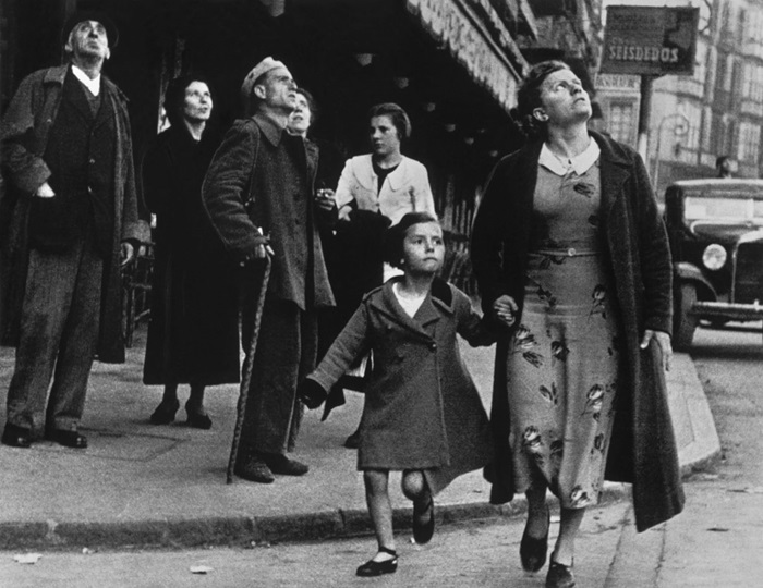 Robert Capa: Corsa verso il riparo anti-aereo, Bilbao, Spagna, Maggio 1937, © Robert Capa/ International Center of Photography/ Magnum Photos/Contrasto