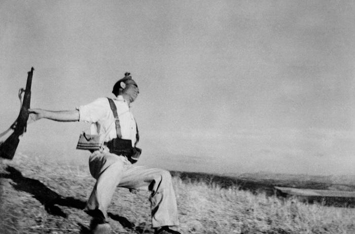 Robert Capa: Morte di un miliziano lealista, Fronte di Cordova, inizi di Settembre 1936, © Robert Capa/ International Center of Photography/ Magnum Photos/Contrasto