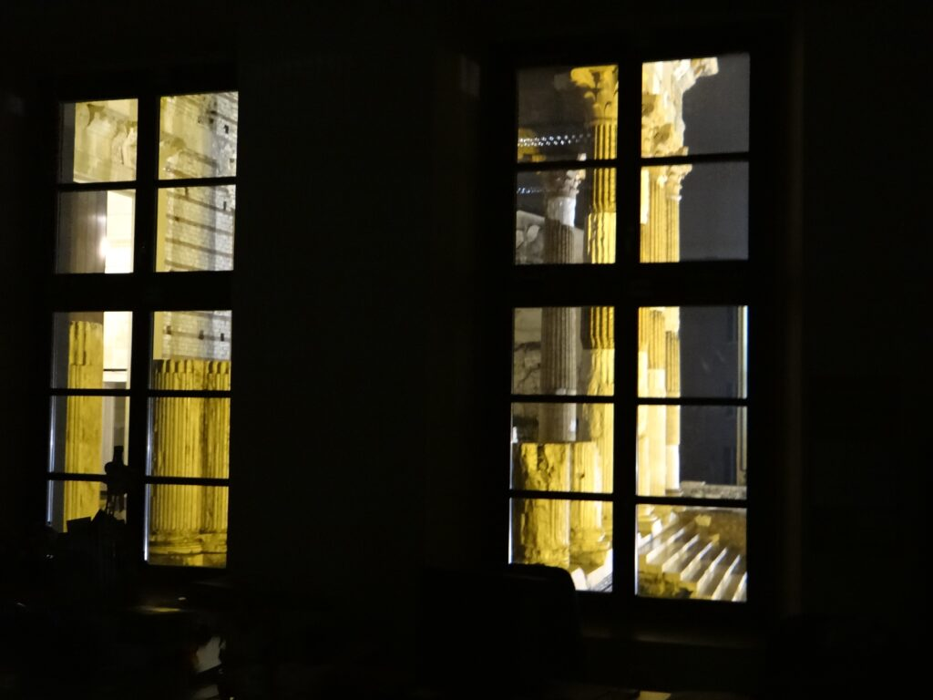 Una suggestiva immagine notturna del tempio capitolino di Brescia. Le due vicine città transpadane avevano entrambe realizzato il Capitolium, dedicato alla triade ortodossa della religione romana