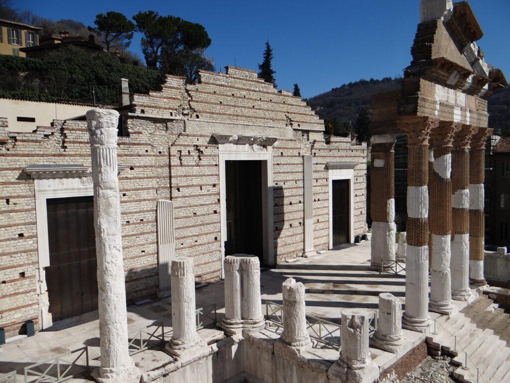 Il tempio Capitolino di Brescia, scoperto e scavato all'inizio del XIX secolo sotto il terreno franato nei secoli dal colle Cidneo