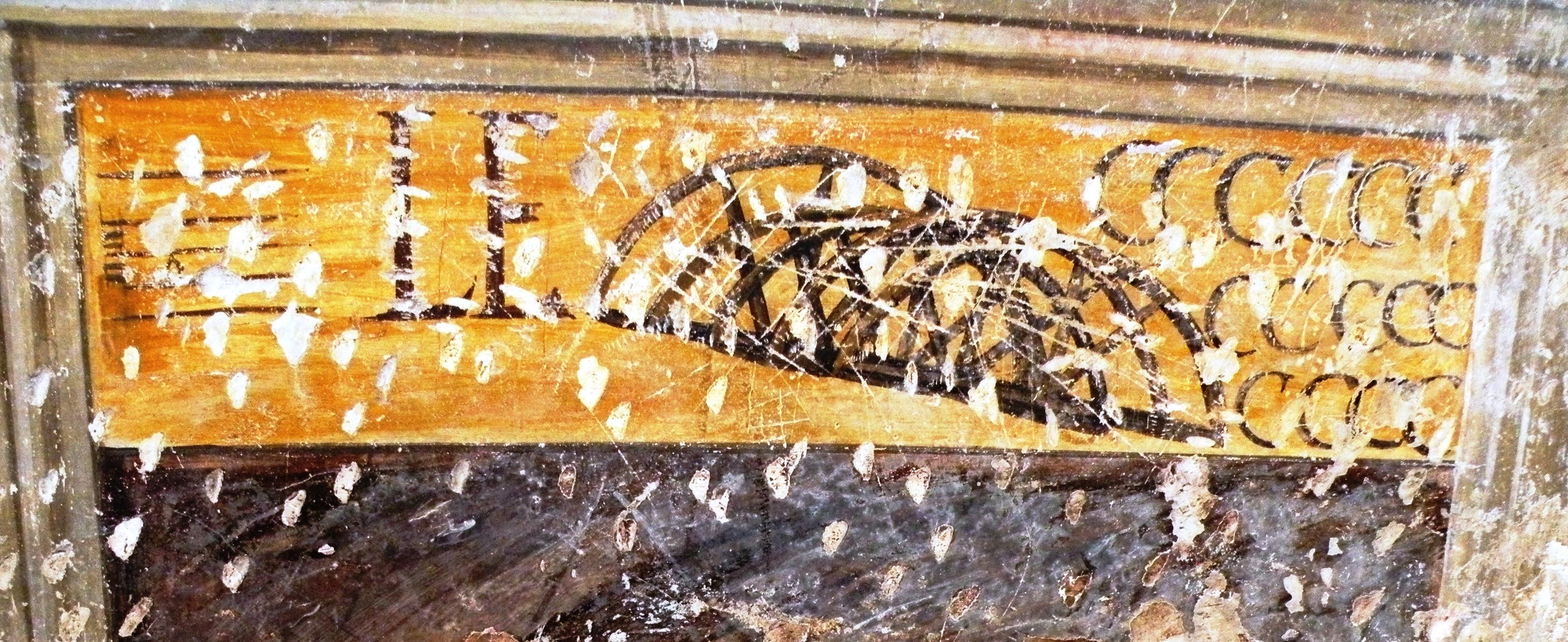 La seconda specchiatura alla nostra destra. Vi appare la scritte Le, seguita da alcune inferriate metalliche. Le quindici C romane indicano l'anno di realizzazione dell'opera