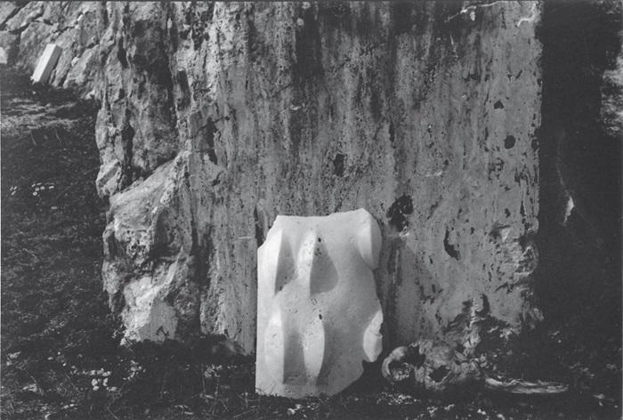 Giuliano Giuliani: 4 Colli, 2011 travertino e resine, 85 x 45 x 18 cm Collezione privata, Modena Foto Mario Dondero