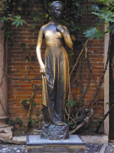 La statua di Giulietta, tempo fa. L'immagine mostra già lo schiarimento del bronzo a livello del seno destro, provocato dalle mani dei visitatori