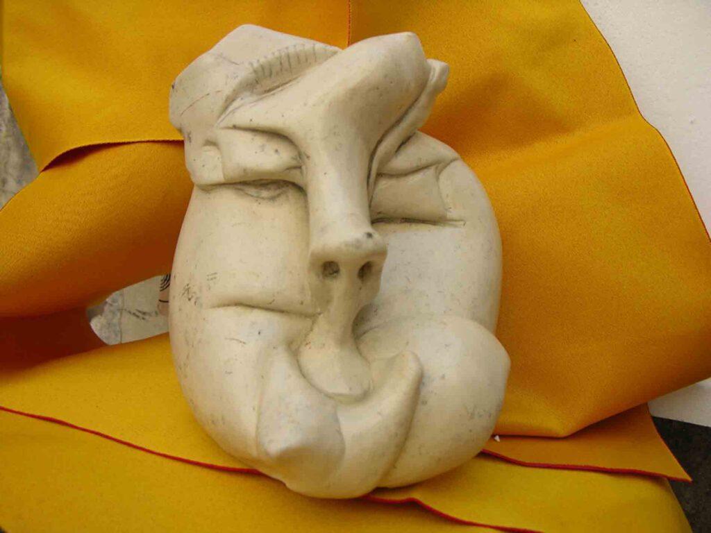 Francesca Licari, il parto, alabastro gessato, cm 50x40, 2009