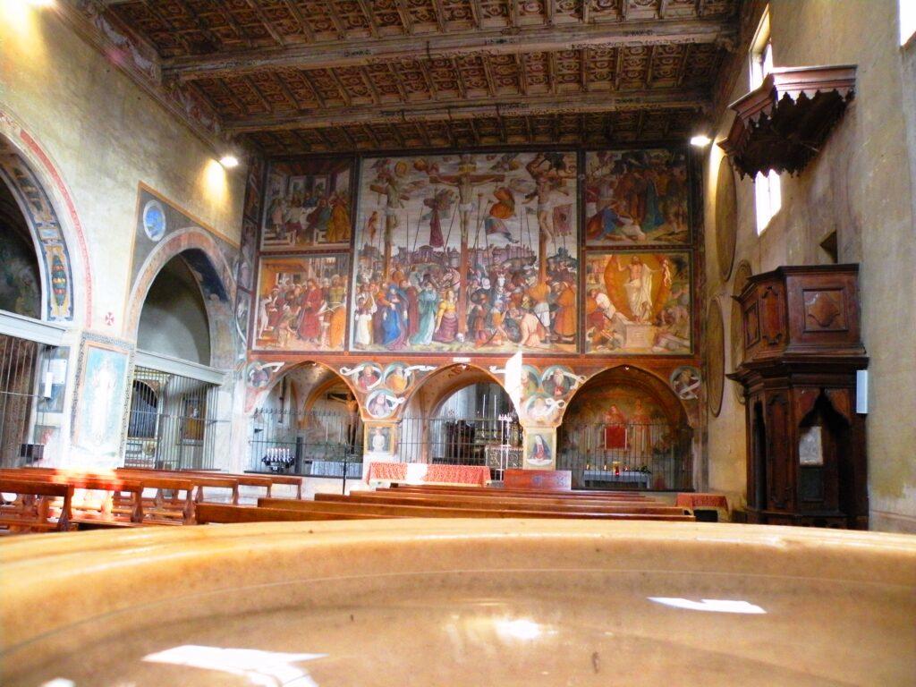 L'interno della chiesa di San Bernardino a Caravaggio, che contiene gli affreschi di Fermo stella