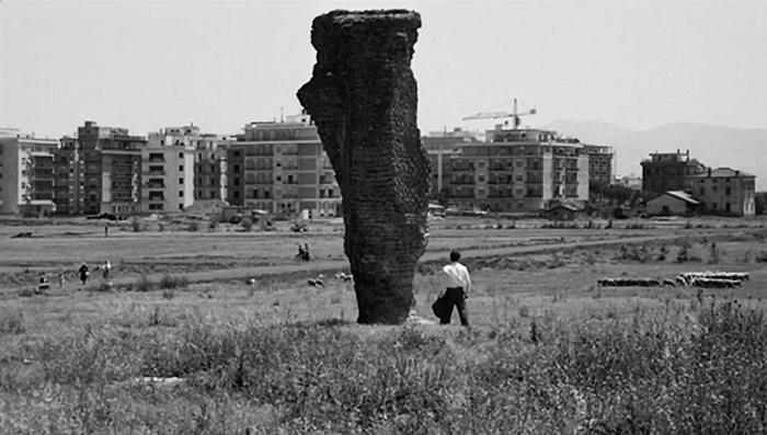 Un fotogramma dal film di Pier Paolo Pasolini, Mamma Roma, 1962: le rovine antiche sono soffocate dall'avanzare delle periferie romane.