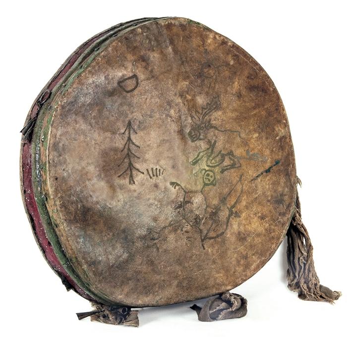 Henggereg, tamburo sciamanico con ongon, prima meta del XX secolo Mongolia settentrionale legno, pelle Fondazione Sergio Poggianella, Rovereto