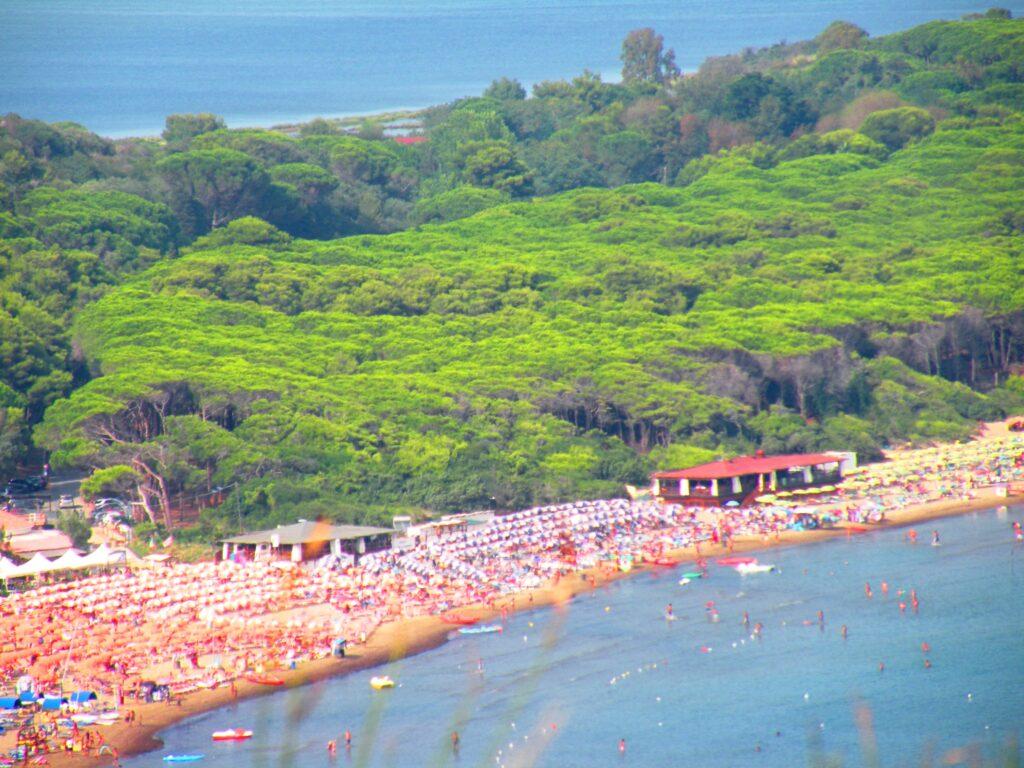 Una veduta ravvicinata della spiaggia della Feniglia