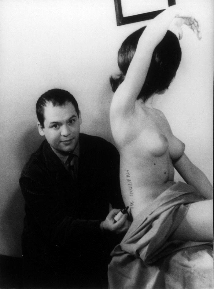 Piero Manzoni firma una modella trasformandola in Scultura vivente, durante le riprese per il filmgiornale S.E.D.I., Milano 1961