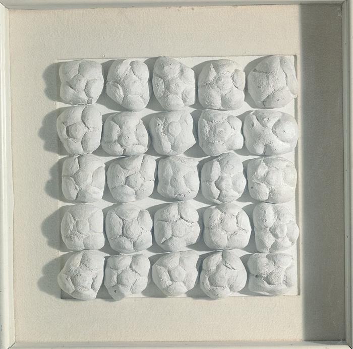 Achrome, 1962 circa panini e caolino, 39x39 cm Courtesy FaMa Gallery, Verona
