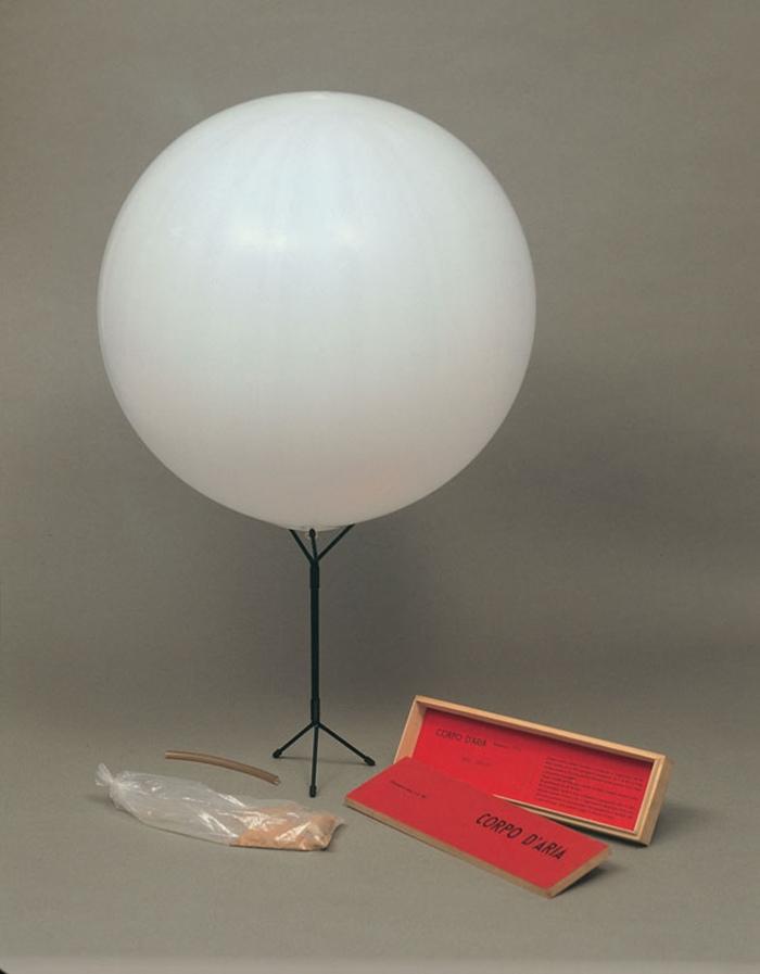 Corpo d'aria n. 06, 1959-1960 scatola in legno, contenente palloncino in gomma, tubo per gonfiare e piedistallo, 12,4x42,7x4,8 cm Milano, Fondazione Piero Manzoni in collaborazione con Gagosian Gallery