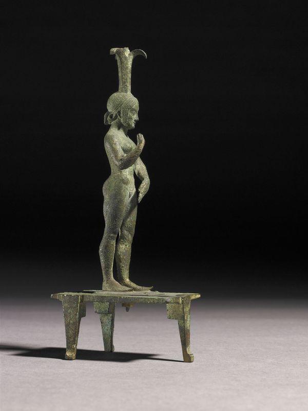26.Incensiere con forma femminile appoggiata su un tavolo a tre gambe 490-470 AC (Chiusi) bronzo, h 19,1 cm, diam 10 cm Londra, The British Museum