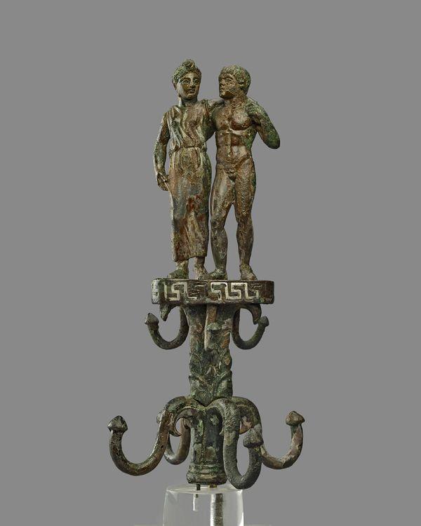 Cimasa Thymiaterion estremità superiore di un porta utensili bronzeo,  sormontato da una figura di un satiro e di menade  350-325 DC (Orvieto) Bronzo, h. 20,3 Londra, British Museum